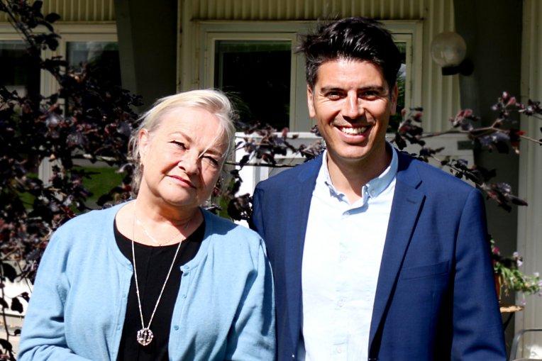 Foto: En kvinna och en glad man