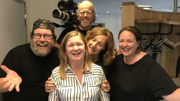 Filmteamet med kommunsekreterare Bianca Mogren i kommunens korridor.