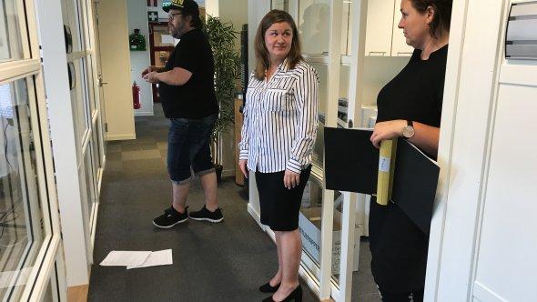 Kommunsekreterare Bianca med filmteamet i en korridor.