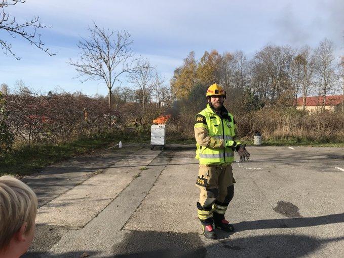 Brandman med gul väst på väg