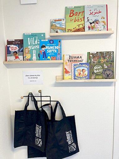 Bokhylla med barnböcker på förskolan Sagolandet