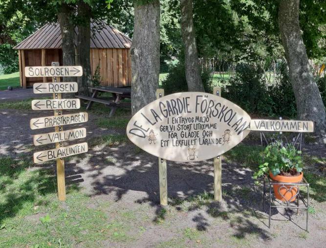 Utemiljö med skyltar i trä vid de la Gardie förskola