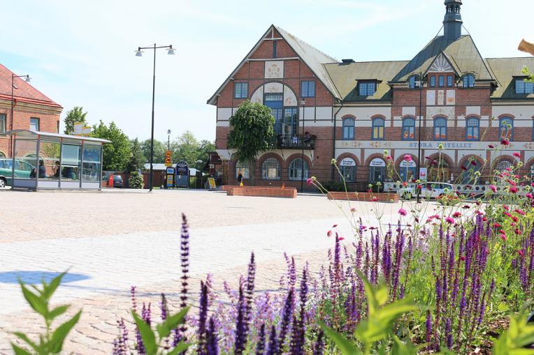 Foto: Hörbys Gamla torg med blomsterrabatt och Stora hotellet i bakgrunden