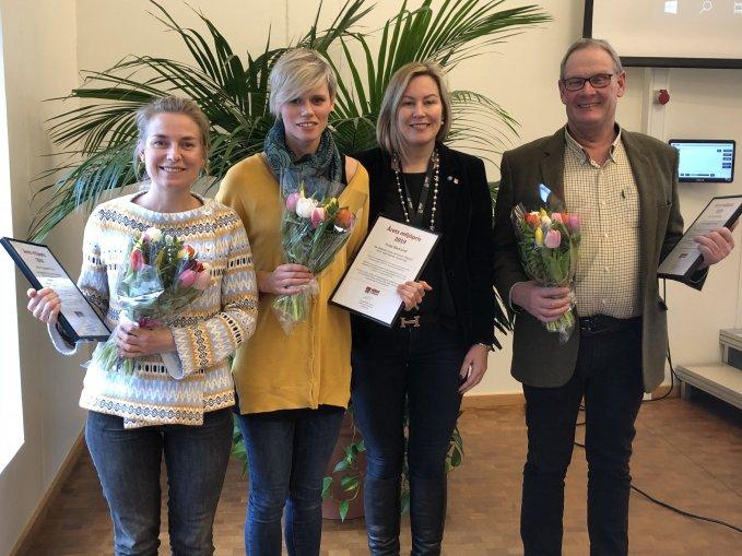 Fotografi på tre glada pristagare tillsammans med kommunalrådet