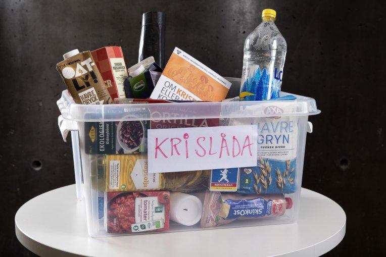 Låda innehållande mat, tändstickor, vatten med mera