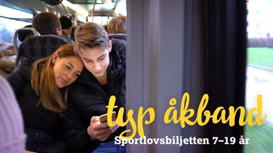 Sportlovsbiljetten - foto på två ungdomar som tittar på en mobil och åker pågatåg