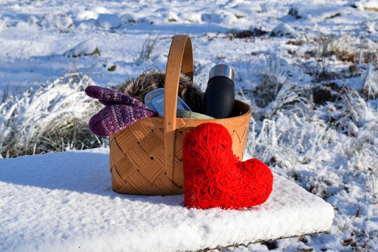 Vinter och picknickkorg med tyghjärta